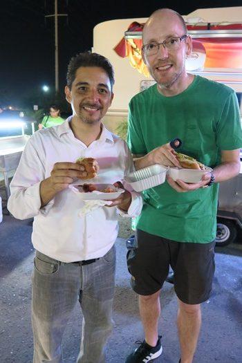 De to brødre med hver deres hotdog