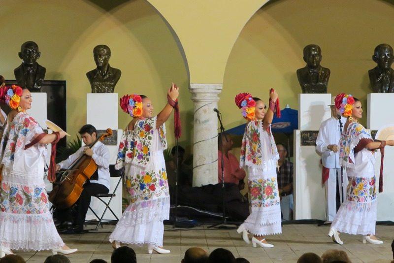 Flot optræden af dansere i Merida, Mexico