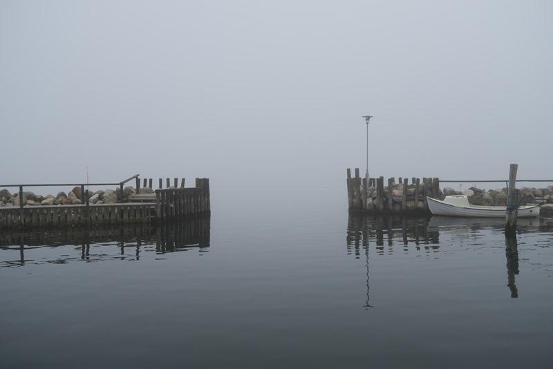 Tæt tåge i havnen på Hjortø
