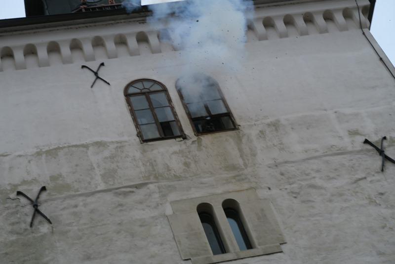 Kanonen blev skudt ud af vinduet med røg og krudtslam