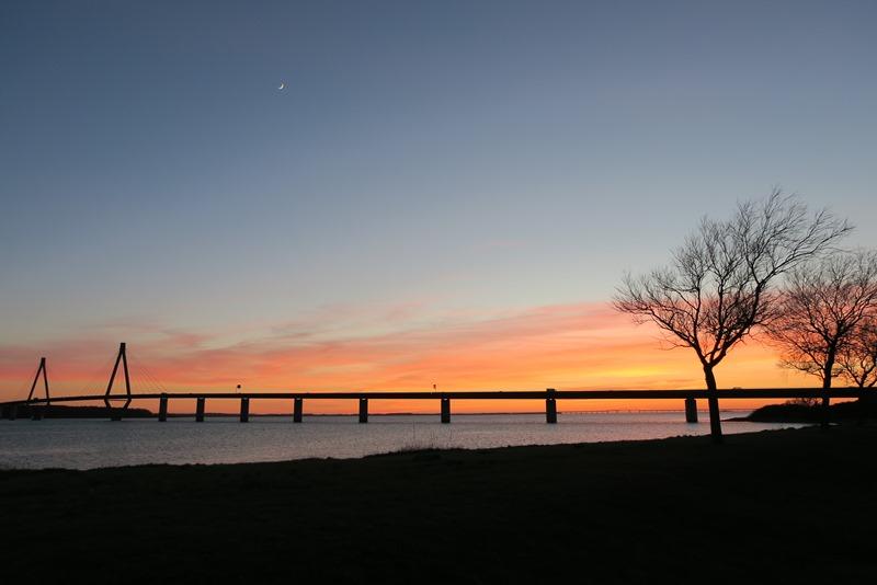 Smuk solnedgang ved Farøbroen