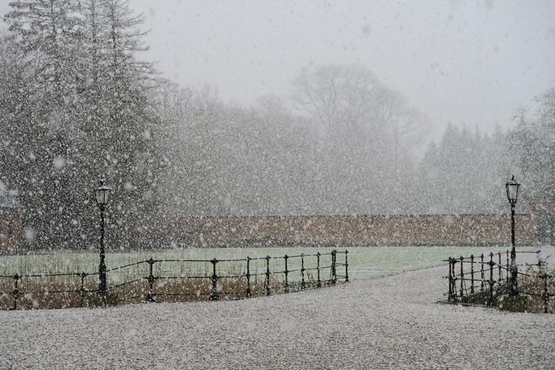 Lungholm slot i snevejr i april