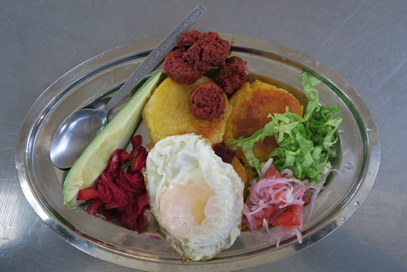 Morgenmad fra det lokale marked i Quito