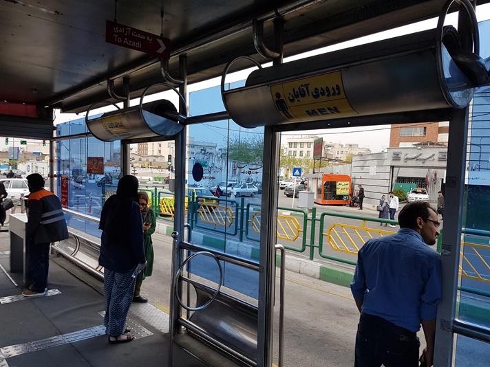 Ved busstoppestedet i Teheran, Iran