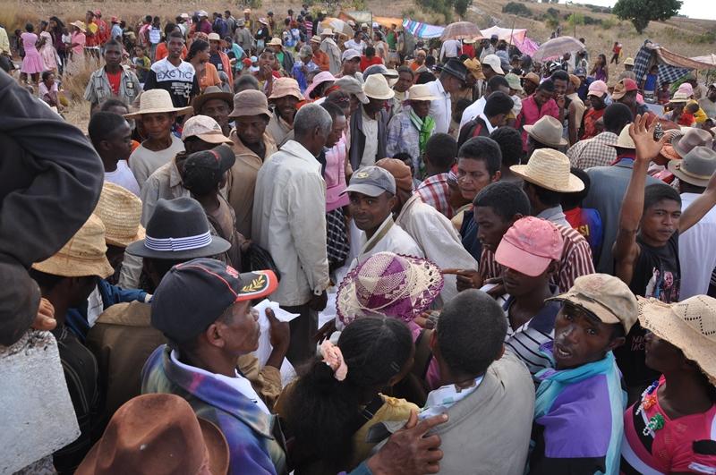 Folk til famadihana i Madagaskar