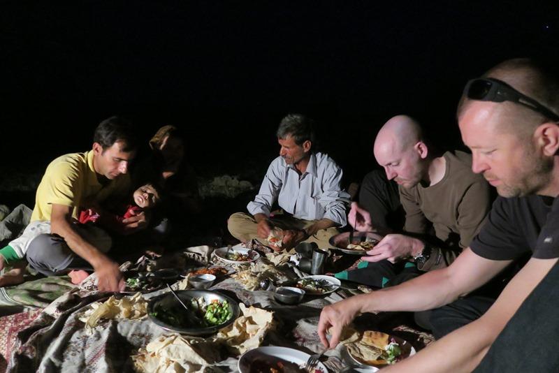 Fælles aftensmad hos Qashqainomaderne