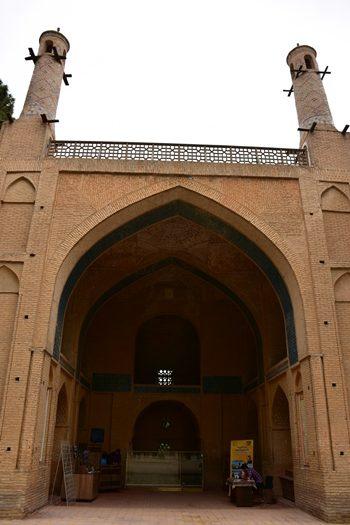 Moske med tårne der rokker i Isfahan