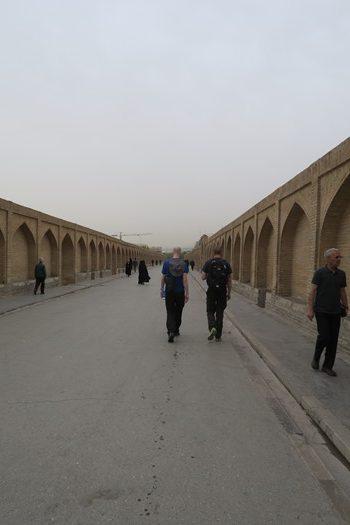 Spadsertur over broen i Isfahan