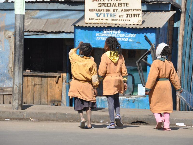 Børn på vejen i Madagaskar