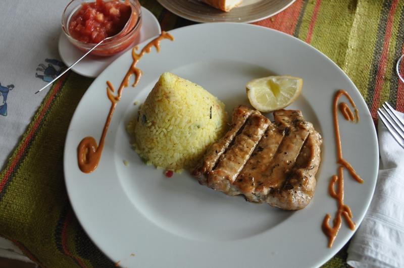 Tun til frokost på La Crique på Ile Sante Marie