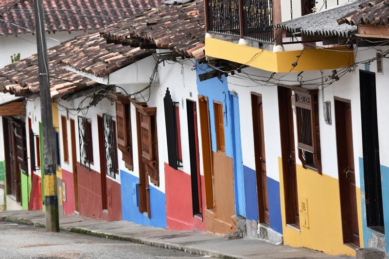 Stejl og farverig gade i Jardín, Colombia
