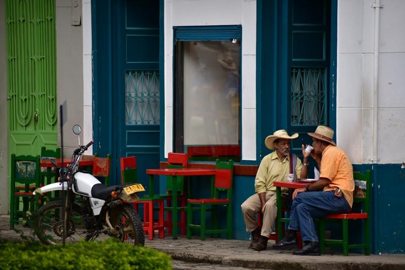 Kaffe på torvet i Jardín, Colombia