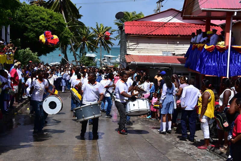 Band spiller musik ved optog på Providencia