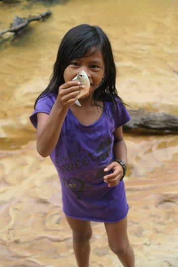 Hana med nyfanget fisk i Colombia