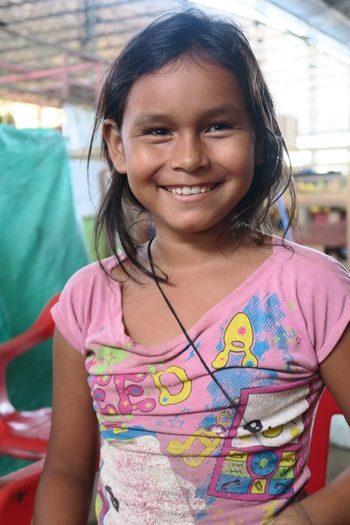 Pige på markedet i Leticia