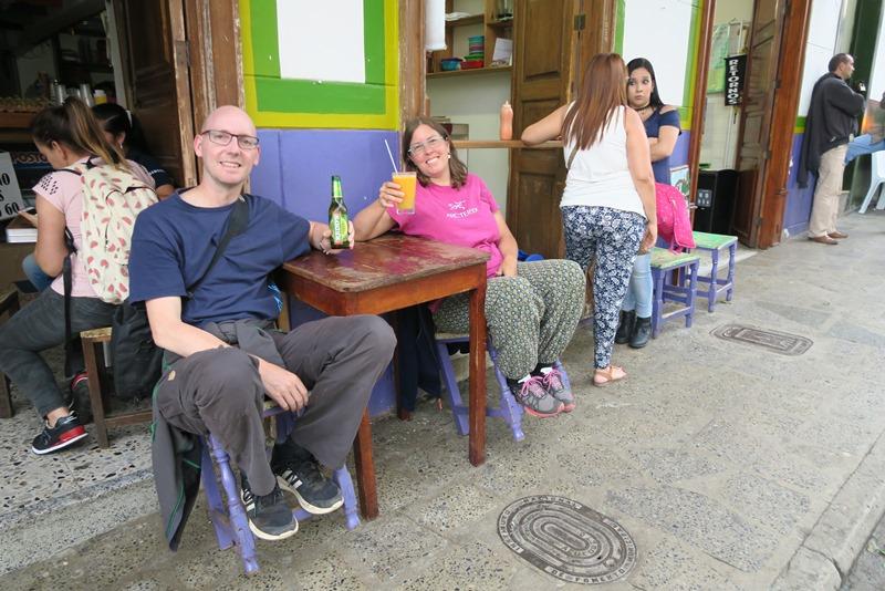 Two Danes On Tour på torvet i Jardín, Colombia