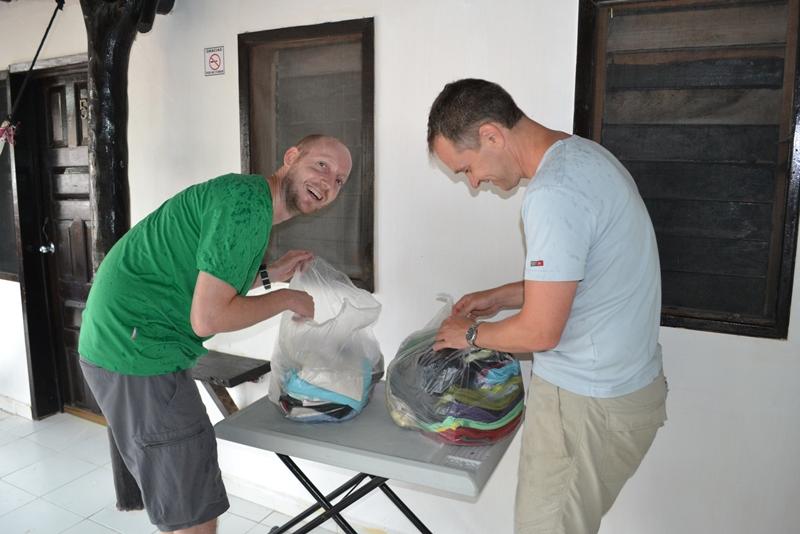 Drengene ordner vasketøj