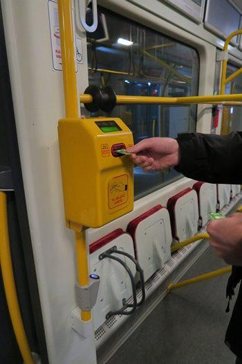 Togbilletten stemples inde i toget