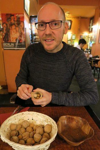 Rasmus knækker nødder på Radio Cafe, Warszawa