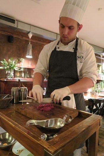 Kokken tilberedte tatar direkte ved bordet