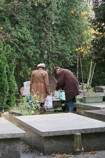 En enkelt grav bliver passet på den jødiske kirkegård i Warszawa