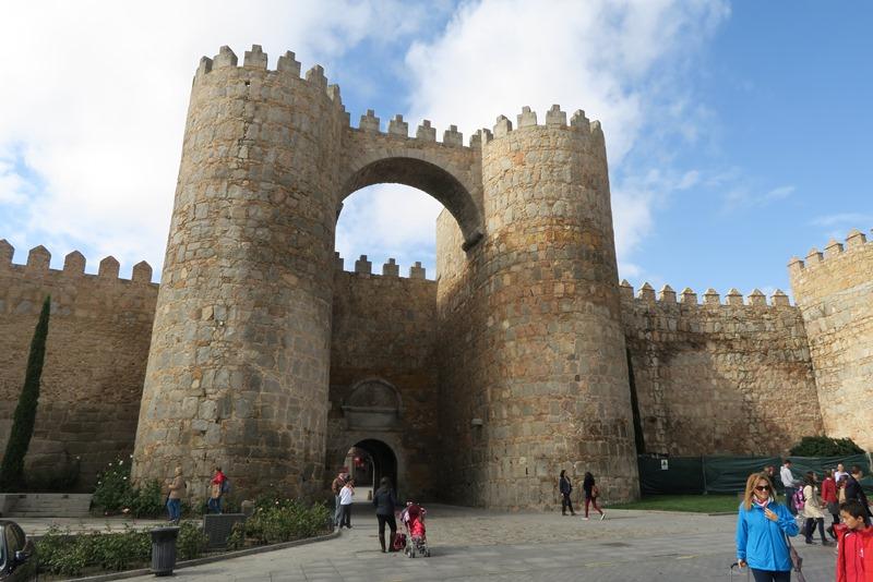 En af de flotte byporte i Ávila, Spanien