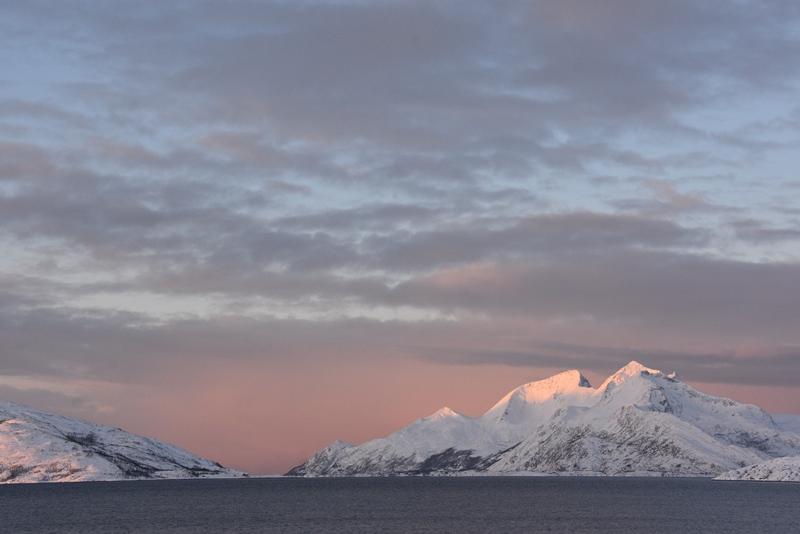 Lyset på bjergene er magisk nær Tromsø, Norge