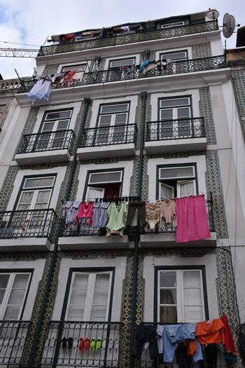 Flotte bygninger med vasketøj, Lissabon, Portugal