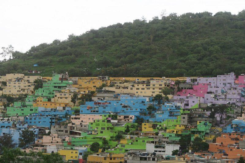 Farvede huse i forstæderne i Mexico City.