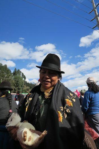 Kvinde med marsvin på Otavalo marked