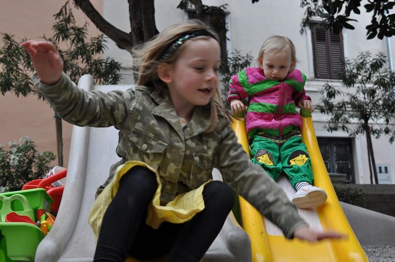 Ella og Karen leger i Piran