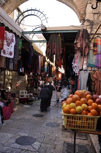 En typisk gade i den gamle by i Jerusalem