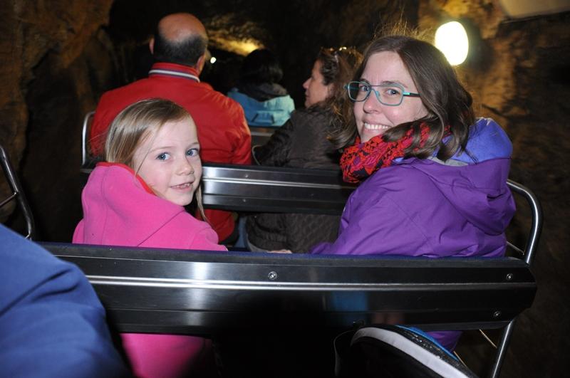 Ella og Anne Marie på vej ind i en grotte