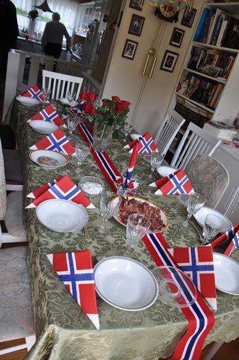 Bordet er dækket i de norske farver