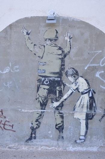 Pige visiterer soldat