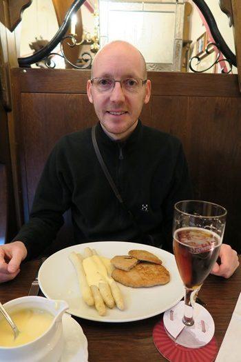 Asparges, snitzel og øl
