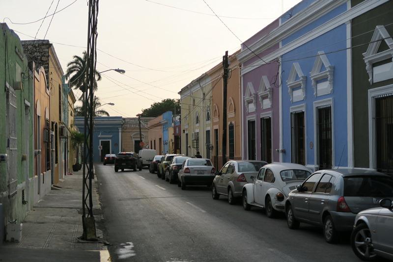 Farverig gade i Merida, Mexico