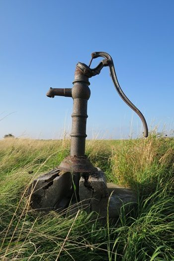 Gammel vandpost på Hjortø