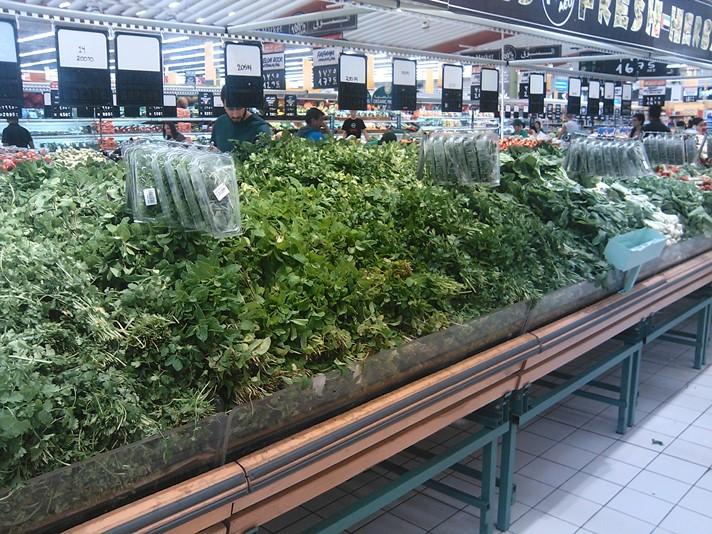 Stort udvalg af grønt i supermarkedet i Dubai