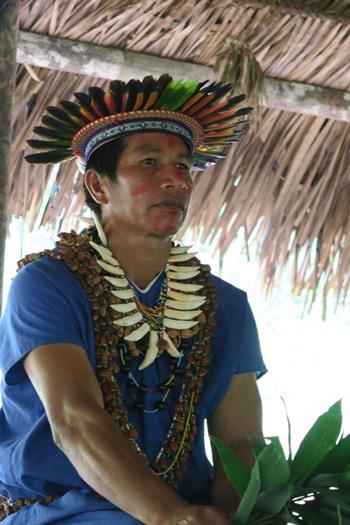 Indianer shaman i Cuyabeno
