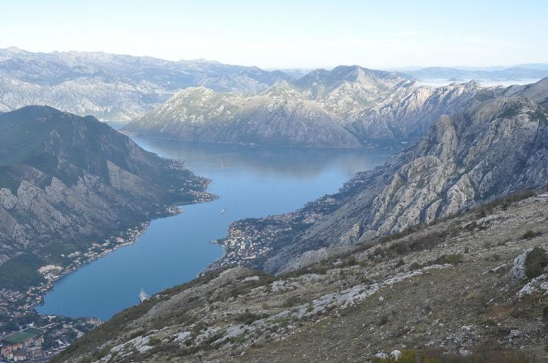 Der er mange hårnålesving til denne udsigt over Kotorbugten i Montenegro