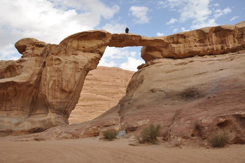 Rasmus på toppen i Wadi Rum i Jordan