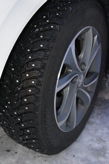 Alle biler kører på pigdæk om vinteren i Nordnorge