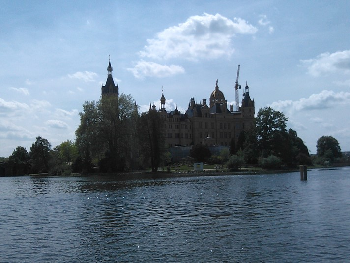 Schwerin slot ligger i en soe