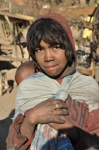 Pige med lille barn i Madagaskar