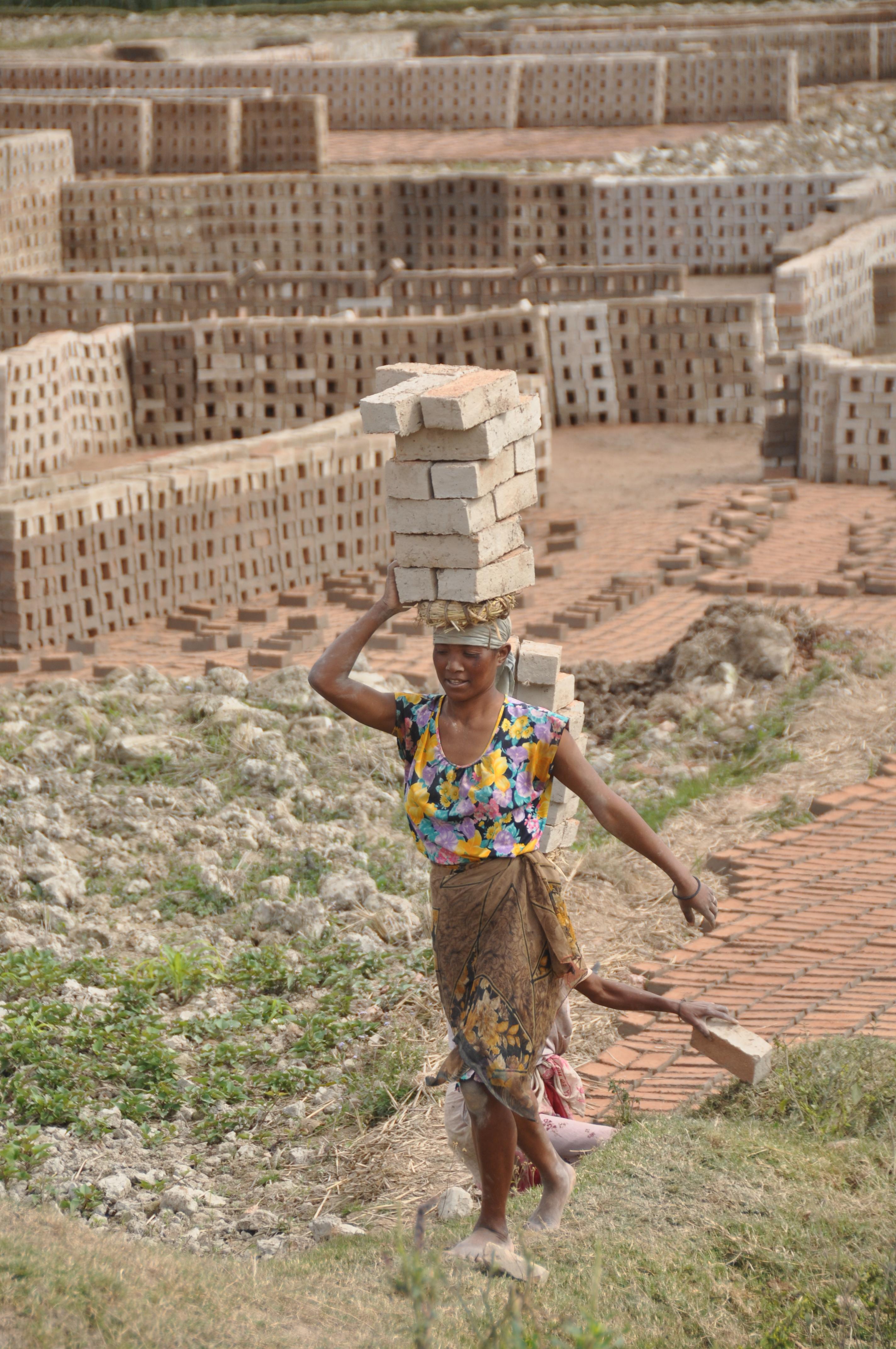 Brændte mursten bæres på hovedet i Madagaskar