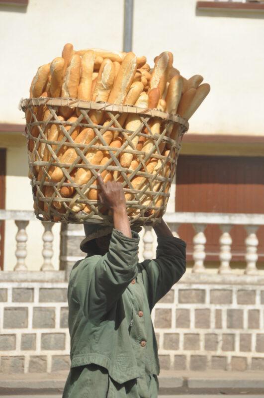 Brød bæres på hovedet i Madagaskar