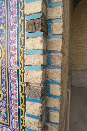 Træstykker mellem mursten i tilfælde af jordskælv