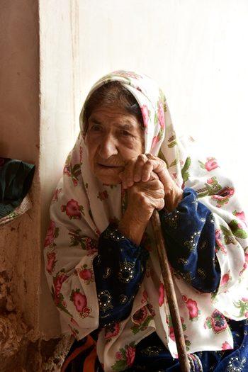 Kvinde i lokalt tøj i Abyaneh i Iran
