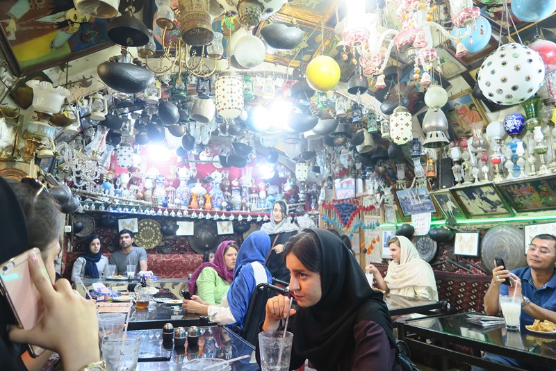 Lokale og turister på teahouse i Isfahan